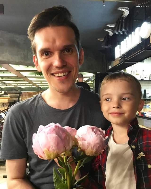"""Михаил Веселов, """"Фабрика звезд-5"""", 39 лет. Женат на Елизавете Веселовой. Семьей экс-фабрикант обзавелся в 2008 году. Обожаемого сына, который сейчас присутствует на большом количестве снимков бывшей знаменитости в Instagram, назвали Артемием."""
