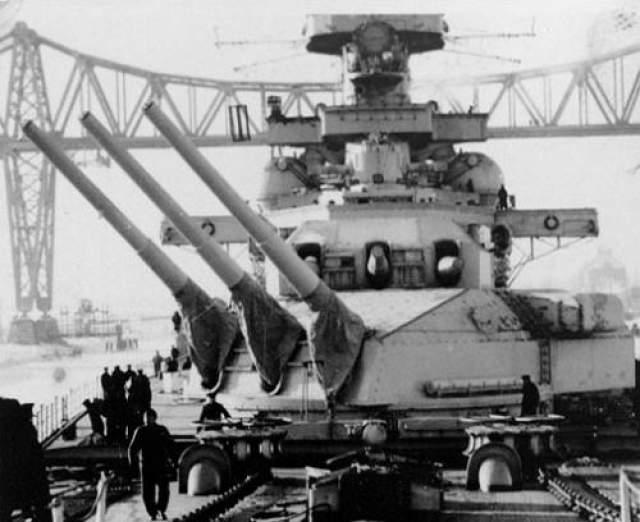 """Во всех стычках с британцами гордости немецкого флота не удалось потопить ни одного корабля. Зато несчастья просто преследовали """"проклятый"""" корабль. Во время обстрела Осло норвежский корабль повредил рулевое управление линкора, при возвращении в порт """"Шарнхорст"""" столкнулся с пароходом """"Бремен""""."""