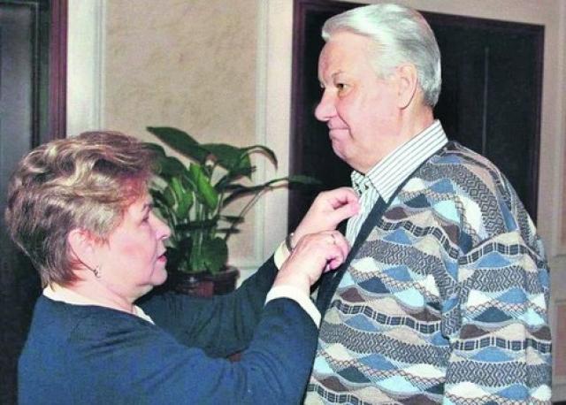 """""""Она всегда чуралась публичности. Эти черты ее характера - скромность, такт, человечность - люди чувствуют по тем немногочисленным и очень немногословным интервью, которые она давала телевидению, по тем ее редким появлениям на публике, когда она сопровождала меня. Чувствуют - и тянутся к ней"""", - говорил Борис Ельцин о супруге."""