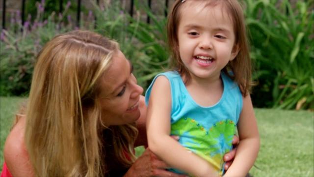 Актриса активно занимается образованием и воспитанием девочек, а также в одиночку удочерила еще и месячную Элоизу.