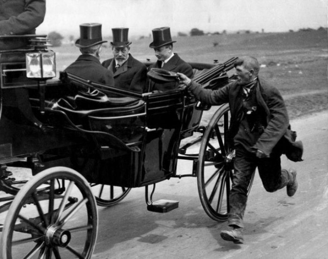 Нищий бежит за экипажем Георга V, 1920.