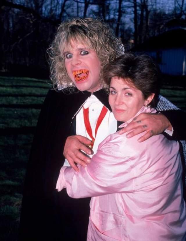Шерон Осборн Жена знаменитого скандального рокера Оззи Осборна и по совместительству британская телезвезда Шэрон Осборн всегда откровенно рассказывает о своих пластических операциях. Никогда не обладавшая модельной внешностью Шэрон впервые обратилась к пластическим хирургам примерно в 1978 году.