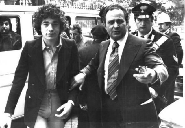 """После смерти Пазолини Пелози признавался, что он не убивал его и видел трех парней с южным акцентом, сидящих в машине около машины Пазолини, которые потом и убили его с криками """"Поганый коммунист"""" и т. д."""