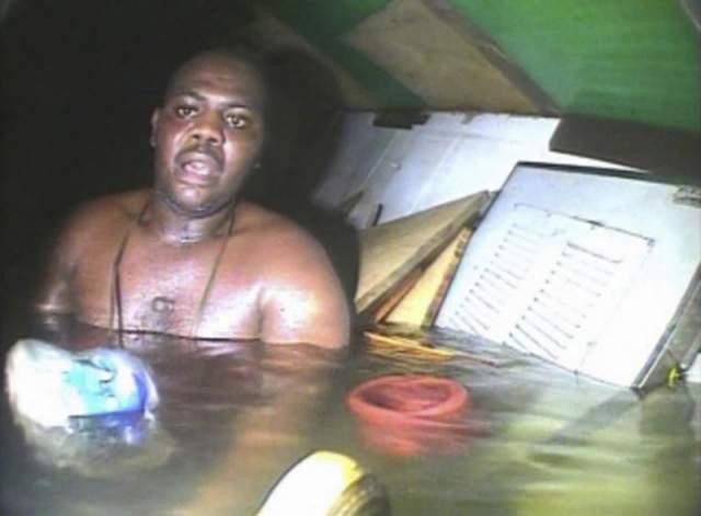 Харрисон Окене. 29-летний судовой повар из Нигерии провел на затонувшем судне почти трое суток. Буксир попал в шторм в 30 км от берега, получил сильные повреждения и быстро пошел ко дну. Окене в тот момент находился в трюме.