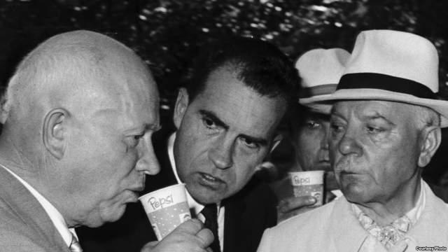 """В 1959 году в рамках национальной Американской выставки в Москве Хрущев впервые отведал Pepsi. На следующий день снимки Генсека, пьющего напиток появились в газетах по всему миру, сделав Хрущева """"лицом"""" компании."""