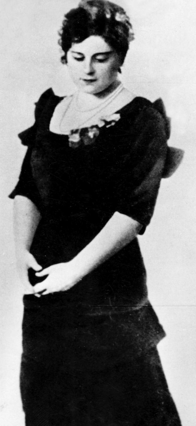 Первой женой Иосифа Джугашвили стала юная грузинская девушка Екатерина (Като) Сванидзе. Жизнь женщины была тяжелой и она, надорванная родами, заболела тифом. Ослабший организм не справился с болезнью, и Като умерла.