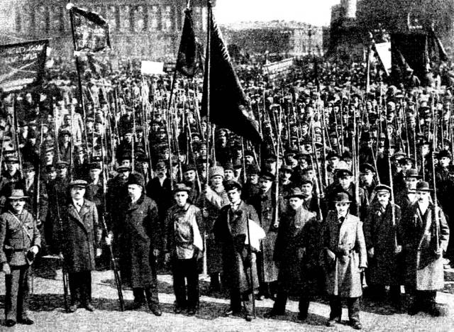 """На заводах начали раздавать оружие, большевики сформировали штурмовые группы. Многие рабочие не откликнулись на призыв к вооруженным действиям, но остальные """"революционеры"""", подталкиваемые вседозволенностью, были настроены весьма решительно."""