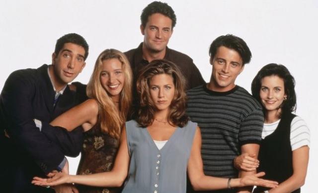"""Сериал """"Друзья"""" о том, как три девушки и три парня, которые дружат, живут по соседству, вместе убивают время и противостоят жестокой реальности, завоевал популярность по всему миру, буквально став культовым."""