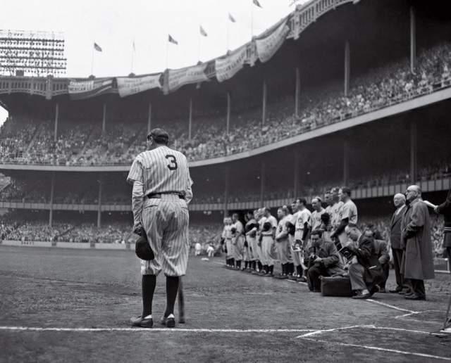 """Прощание Рута Бейба, Нат Фейн, 1948. Бейсболист покидает игровое поле навсегда - в том же году он умрет от рака пищевода. """"Если бы я не знал, что Бейб уходит, мне никогда бы не пришло в голову встать за его спиной"""", – сказал Натаниэль Фейн."""