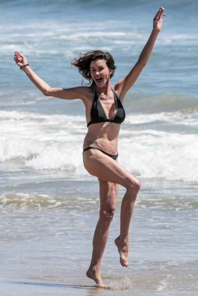 Дженис Дикинсон. Бывшей модели уже за 70, однако, она совсем не боится надевать купальники.