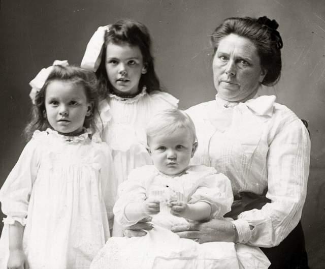 Белль была крупной дамой: рост 173 см, вес 90 кг. Красотой не блистала никогда, денег у семьи не было. Она уехала в США, где вышла замуж за земляка, Мэдса Соренсена. Но в 1900 году он умер. Примерно тогда же скончались их дети: Кэролин, Аксель, Миртл и Люси.