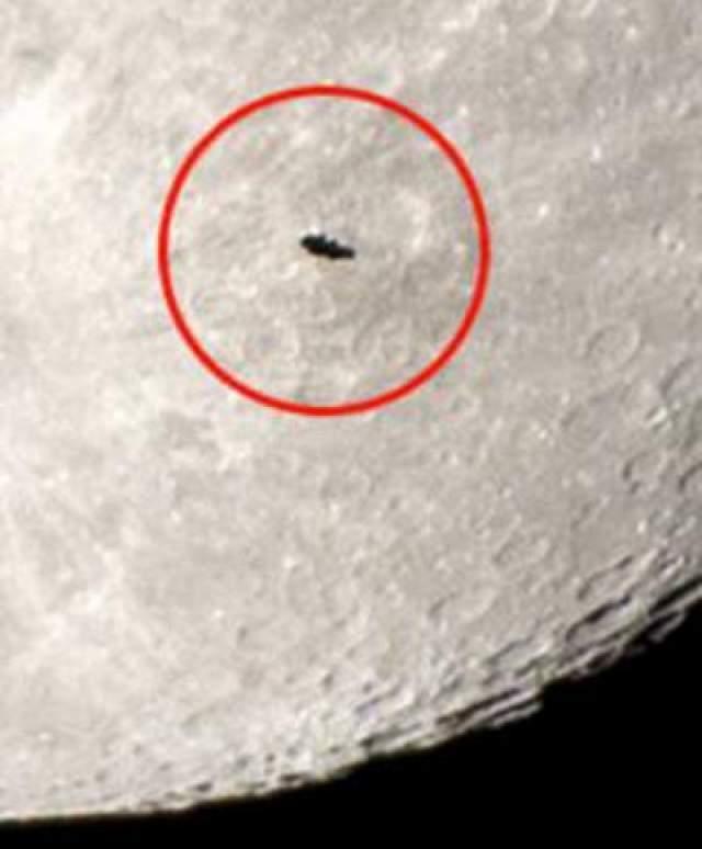 В кадр астронома попало НЛО, которое к тому же перемещалось справа налево. Сначала эксперты предположили, что мужчина заснял Международную космическую станцию, однако присмотревшись ученые усомнились в этом и стали теряться в догадках, что же именно попало в объектив фотокамеры астронома.