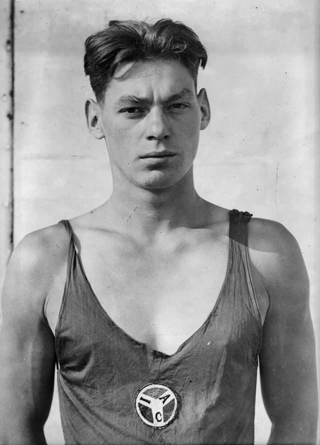 Джонни Вайсмюллер Американский спортсмен Джонни Вайсмюллер уже в 24 года вписал себя в историю мирового спорта, став пятикратным олимпийским чемпионом. Родившийся на территории современной Румынии, Джонни ребенком оказался в США, где после перенесенного полиомиелита занялся плаванием и достиг в этом спорте небывалых высот.