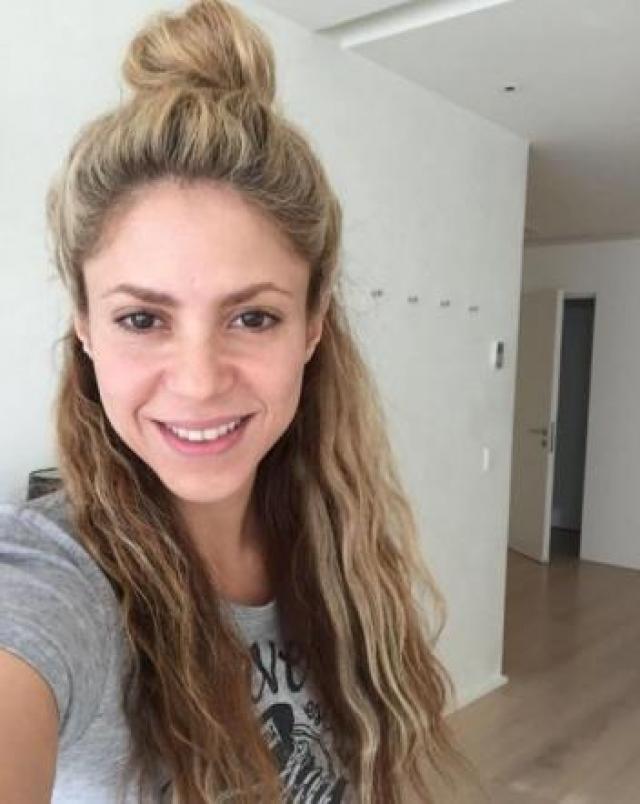 Певица Шакира выглядит без макияжа как юная девушка.