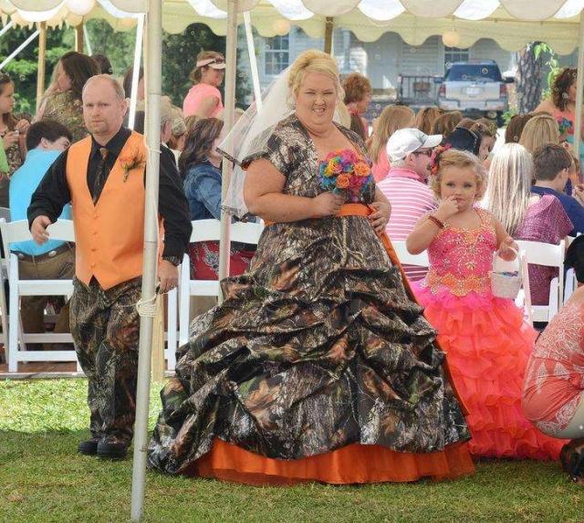 Джун Шеннон. Телезвезда американского ТВ и так обладает весьма внушительными формами, которые подчеркнуло ужасающе свадебное платье.