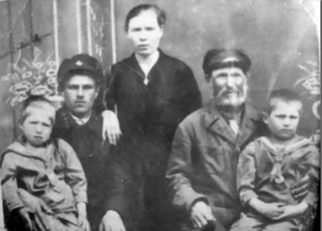 Матвей Кузьмин, (1858-1942). Крестьянин родился за три года до отмены крепостного права. Погиб в войну, став самым пожилым обладателем звания Героя Советского Союза.