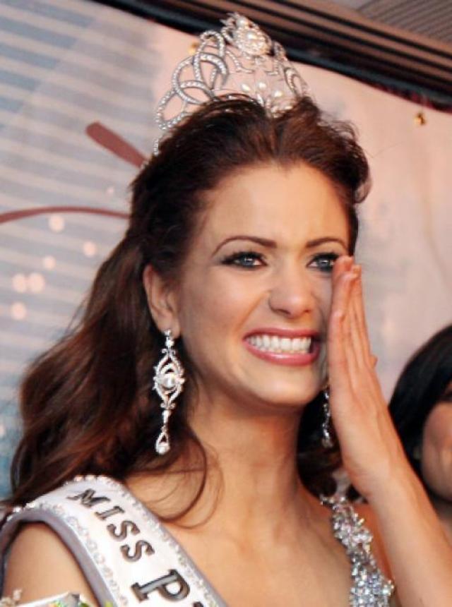 """А вот у Ингрид Мари Риверы на конкурсе красоты в Сантурсе, Пуэрто-Рико. платье было обрызгано перцовым балончиком. Не смотря на это в борьбе за титул """"Мисс Вселенная"""" Ривера обошла 29 соперниц."""