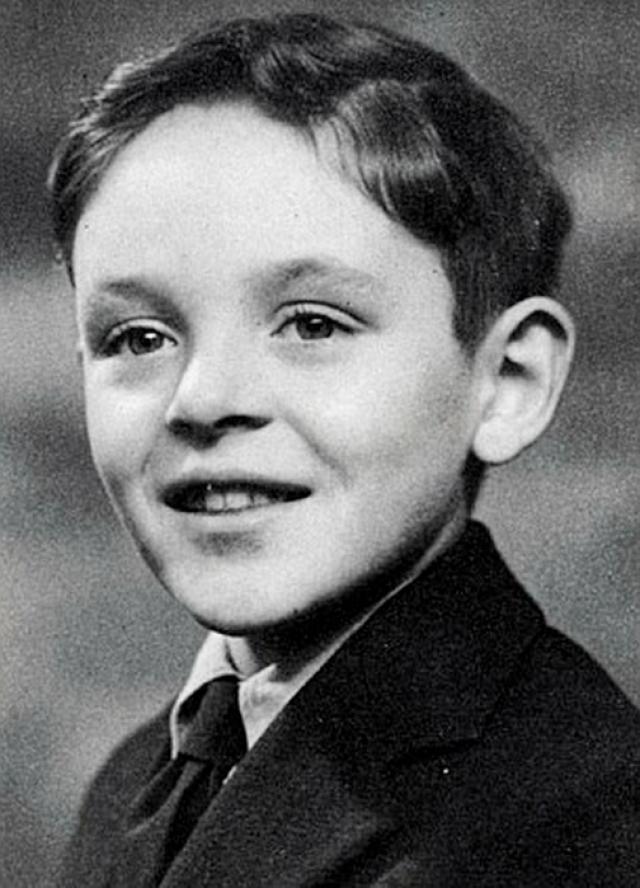 Энтони Хопкинс. Мальчик страдал дислексией и не мог полноценно заниматься в школе. Через какое-то время юный Энтони пришел к выводу, что лучше посвятит себя искусству, например, живописи или игре на фортепьяно, чем будет продолжать обучение.