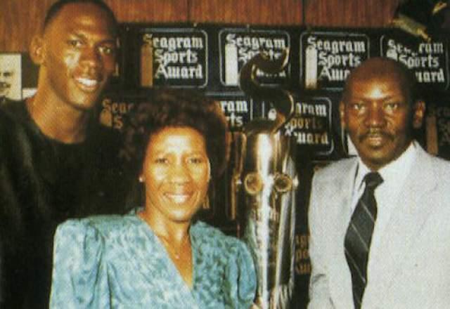 """Майкл Джордан. Джеймса Р. Джордана убили 23 июня 1993 года. Это произошло в зоне для отдыха на шоссе в Ламбертон (Северная Каролина) спустя три дня после шестой игры финала НБА, в которой Майкл набрал 33 очка и обеспечил """"Чикаго"""" победу (99:98), а с ней — и третий подряд чемпионский титул."""