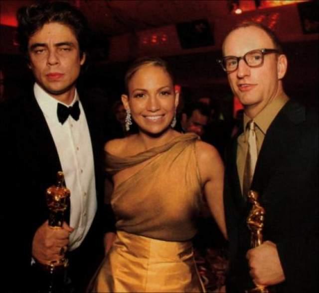 2001. Дженнифер Лопес всегда была известна своими откровенными и сексуальными нарядами, но платья с прозрачным верхом без лифчика на известной кино церемонии от нее попросту никто не ожидал.