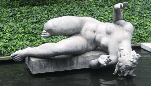 """Аристид Майоль и Дина Верни. Ни одна экскурсия по Парижу не обходится без визита к скульптуре великого Аристида Майоля """"Воздух"""", прототипом для которой была Дина Верни."""