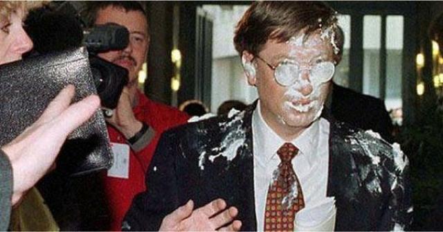 Билл Гейтс на одной из конференций подвергся нападению со стороны пирога. Основатель Microsoft был в Брюсселе 4 февраля 1998 года, когда какой-то бельгиец бросил кремовый пирог ему в лицо и убежал.