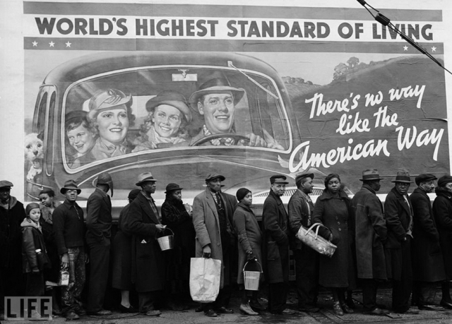 "Американский образ жизни (The American Way, Margaret Bourke-White, 1937). Очередь за едой у пункта Красного креста во время Великой депресии. На фоне - плакат, который гласит: ""Нет такого другого образа жизни, как американский""."