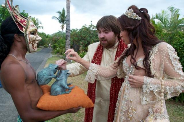 Жених и невеста, которая к тому моменту находилась на шестом месяце беременности, скрепили союз клятвами любви, верности и кровью, уколов пальцы иглами кактуса.