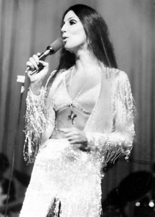 Шер в 1975 выступала в довольно классическом бюстгальтере.