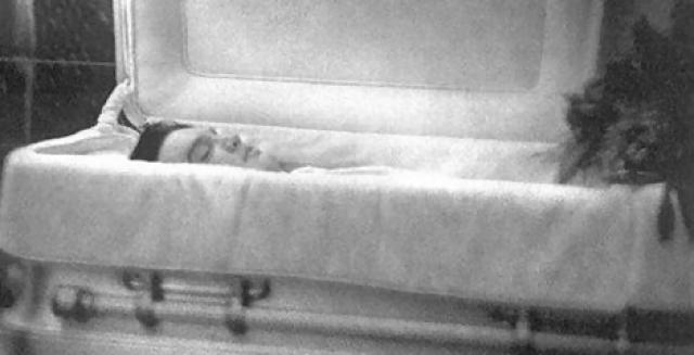 Его бездыханное тело на полу обнаружила невеста певца. Элвиса доставили в реанимацию, но врачам не удалось его спасти.