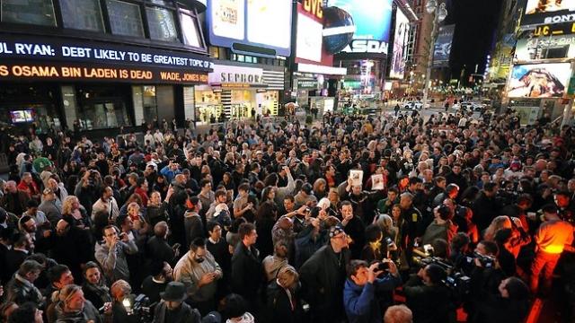 Через несколько минут после официального объявления ликующие толпы стихийно собрались у Белого дома, у месторасположения Всемирного торгового центра, у Пентагона и в Нью-Йорке на Таймс-сквер.