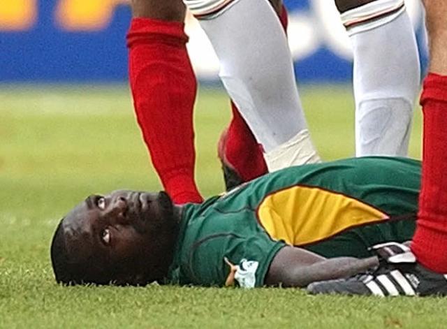 Фоэ неожиданно упал на газон. Врачи бросились оказывать ему первую помощь прямо на поле. У игрока не прощупывался пульс, и ему сделали искусственное дыхание.