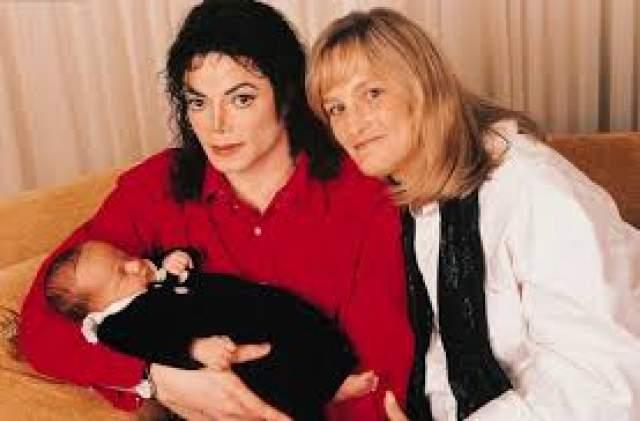 В ноябре 1996 года, после разрыва отношений с первой женой, Джексон зарегистрировал брак Дебби Роу, некогда работавшей медсестрой. От этой женщины у певца осталось двое детей: сын Принц Майкл Джозеф Джексон младший и Пэрис-Майкл Кэтрин Джексон. Союз с Дебби просуществовал до 1999 года.