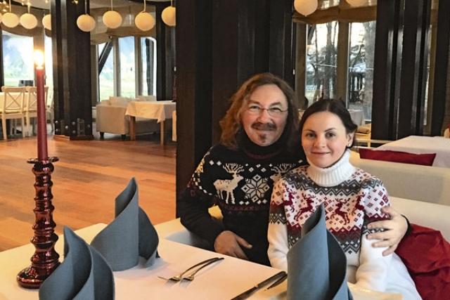"""Полгода спустя, Проскурякова, не пройдя в финал конкурса """"Народный артист"""", взяла, да и позвонила певцу. Пара начала встречаться, а через пять лет, в 2010 году, официально оформила отношения. В октябре 2015 года в семье музыканта родилась дочка Вероника."""