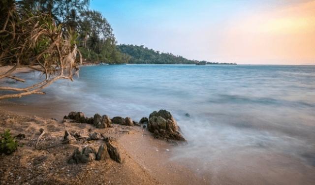 14. Каеп, Камбоджа Начиная с 1908 года Каеп считался излюбленным местом отдыха французской элиты в Камбодже. Он был знаменит своими фантастическими ресторанами и дорогими виллами. Но после долгих лет гражданской войны от Колониальной Ривьеры остались лишь руины. Несмотря на это, Каеп является прекрасным местом для отдыха.