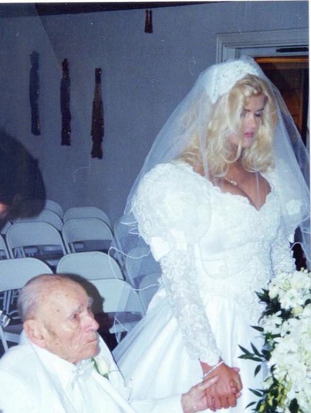 Анна Николь Смит и Джеймс Говард Маршалл II.  Будущие супруги познакомились в начале 1990-х годов в стрип-клубе, где в трудные времена Анна Николь подрабатывала стриптизёршей.
