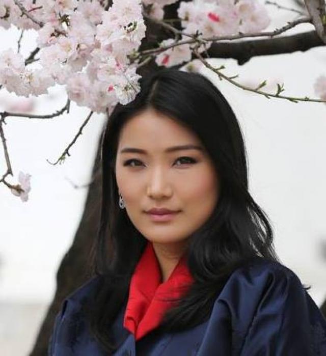 """С будущим мужем девушку традиционно свела родня. В родном Бутане правительницу прозвали """"Королевой драконов""""."""