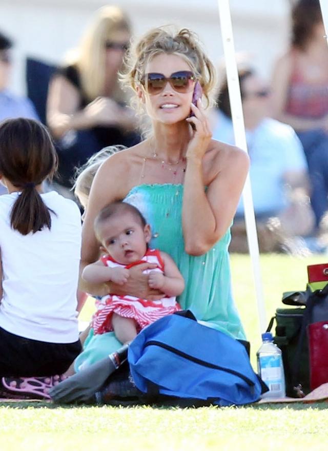 Дениз Ричардс. 40-летняя актриса усыновила новорожденную девочку после развода с актером Чарли Шином, от которого она родила двух дочерей.