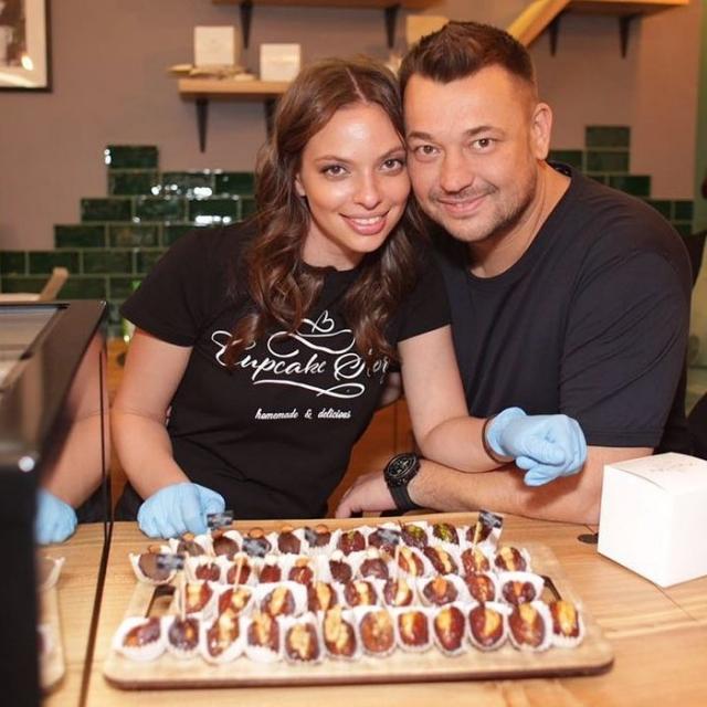 В сладости вложил средства и Сергей Жуков с супругой, выбрав заморские капкейки в качестве основного продукта своей кондитерской Cupcake Story.