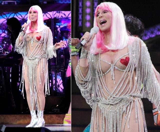 А вот такой наряд певица надела на концерт в рамках тура Dressed to kill.
