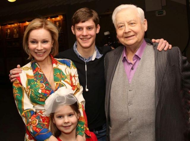 Олег Табаков. В 71 год Олег Табаков стал папой в четвертый раз, жена Мария Зудина родила ему дочку Машу.
