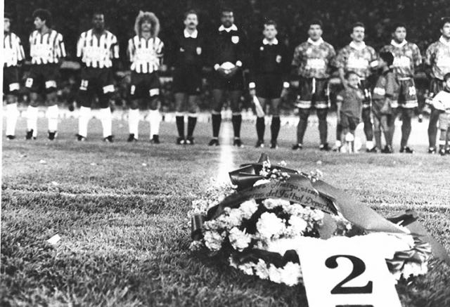"""Каждый раз, делая выстрел, убийца кричал """"Гол!"""". Футболиста тут же привезли в больницу, где он умер через 45 минут. Андресу Эскобару были устроены государственные похороны, его имя по-прежнему окружено большим почетом."""
