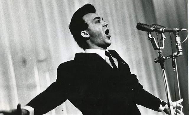 Затем, вернувшись из армии, Кобзон поступил на вокальный факультет Гнесинки, быстро стал солистом Всесоюзного радио, в 1962—1965 годах уже вырос до солиста-вокалиста Госконцерта, в 1965—1989 годах был известен как солист-вокалист Москонцерта.