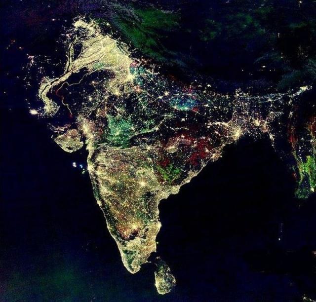 Так Индия выглядит из космоса в ночь празднования Дивали. Фото раскрашено в фотошопе, а сам снимок - это составные спутниковые фото Индии, сделанные в течение 10 лет, демонстрирующие, как за это время изменилось потребление электричества.