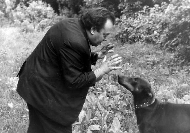 С детства будущий поэт увлекался биологией, учился на биологических факультетах Московского и Казанского университетов. Затем любовь к литературе победила - в 1938 году Заходер поступил в Литературный институт, начал публиковать свои стихи.
