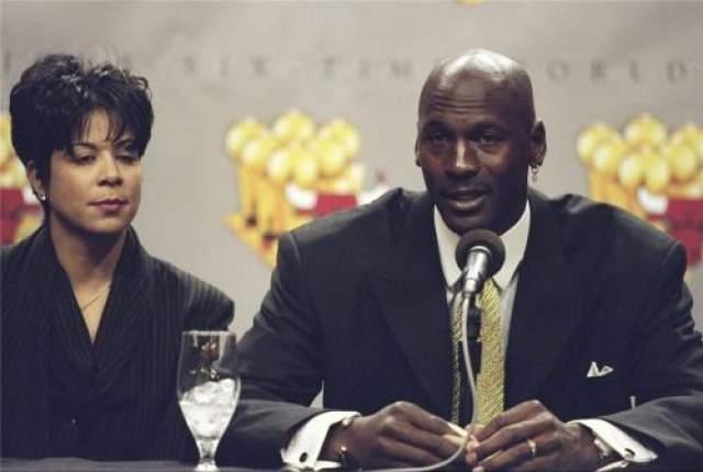 """После 17 лет брака жена легендарного баскетболиста Майкла Джордана Хуанита Важной назвала их отношения """"непримиримыми"""" и подала на развод. Суд развел супругов в 2006 году, заставив спортсмена выплатишь бывшей жене отступные в размере 168 миллионов. На фото:Майкл Джордан и Хуанита Ваной"""