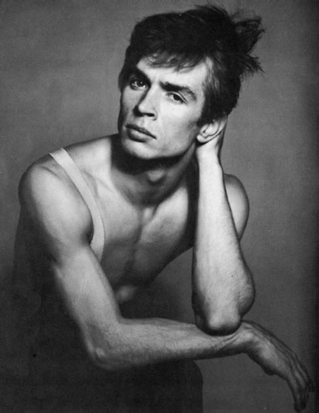 """Рудольф Нуреев. Первый из советских """"невозвращенцев"""" из числа артистов решил остаться на Западе прежде всего из-за своей сексуальной ориентации, с которой в СССР жить было трудно и даже опасно."""