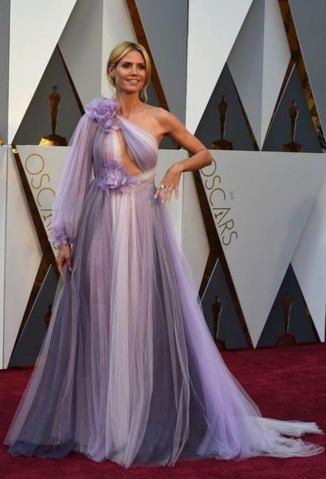 Модель позировала в сиреневом платье от Marchesa.