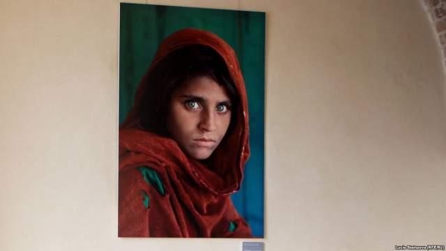Только 17 лет спустя все узнали, что героиню зовут Шарбат Гула (Sharbat Gula). А тогда Гуле было около 12 лет. В январе 2002 года команда National Geographic во главе со Стивом Маккарри отправилась в Афганистан для того, чтобы найти девочку с фотографии.