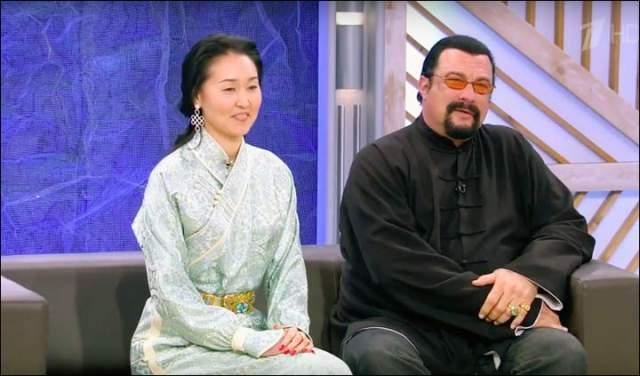 Стивен Сигал. Актер уже давно перестал быть спортивным мачо из боевиков. Тем не менее его супруга - монголка Батсухийн Эрдэнэтуяа, женщина весьма миниатюрная.
